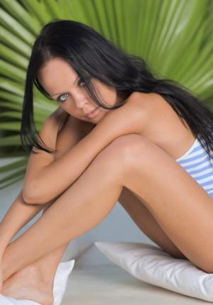 Alluring brunette Melanie posing naked