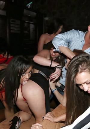 Pornstars Lexi Vex, Alaina Kristar and girlfriends taking group jizz shot