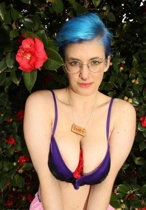 Queer girl with blue hair unleashes her big boobs and spreads her pussy lips
