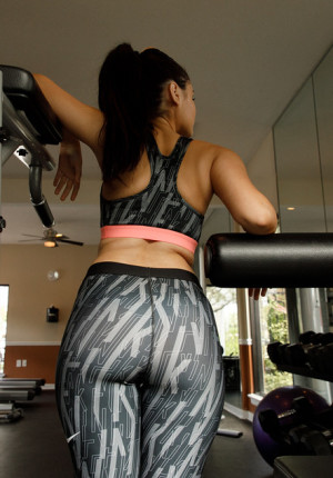Hot Latina babe Eloisa Guerra works out in the gym and shows off her beautiful big butt