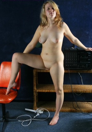 wpid-busty-big-butt-blonde-ann-marie-drops-her-panties-to-let-us-see-her-shaved-cunny14.jpg
