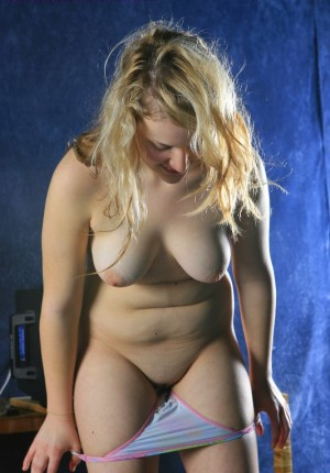 wpid-busty-big-butt-blonde-ann-marie-drops-her-panties-to-let-us-see-her-shaved-cunny8.jpg