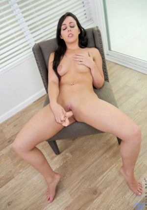 wpid-young-coed-cutie-whitney-wright-takes-off-her-bra-and-panties-to-get-nude-and-fuck-her-big-dildo13.jpg