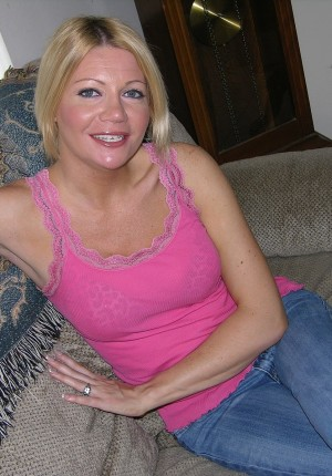 Slutty blonde MILF Jenni takes off her top and gives us a big tits show