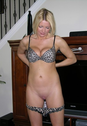 wpid-slutty-blonde-milf-jenni-takes-off-her-top-and-gives-us-a-big-tits-show5.jpg