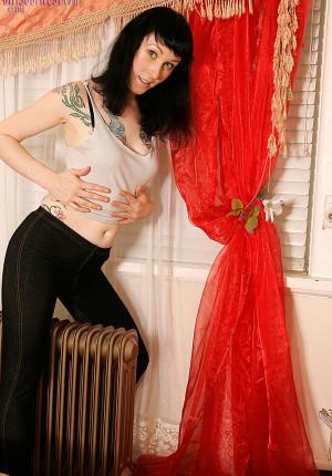 Tattooed amateur Gina Sheree double penetration session