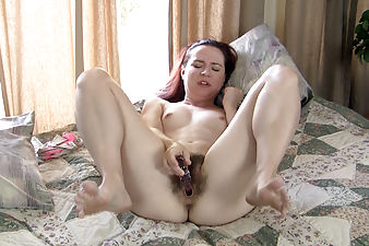 Annabelle Lee gets out of clothes to masturbate
