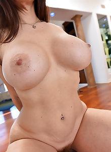 Curvy big tits brunette mom Mindi looks amazing naked