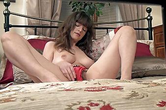 Kate Anne masturbates on her big sexy bed