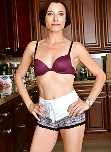 Thin fit MILF Stella Banks showing her flexibility at home