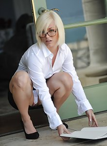 Fit blonde cutie with glasses Ash Hollywood upskirt and nude pics