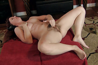 Annabelle Lee rocks out while masturbating